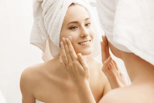 Hydratez votre peau avant de vous coucher et en vous levant