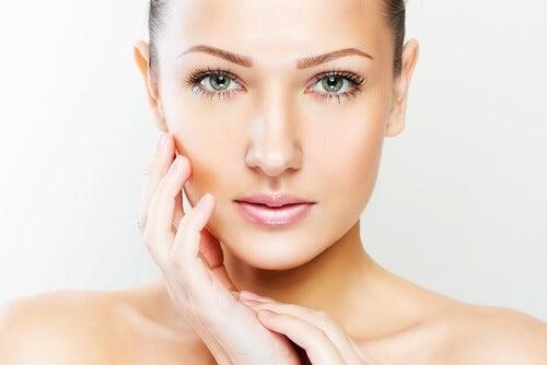 Le massage à la cuillère maintient la jeunesse de la peau.