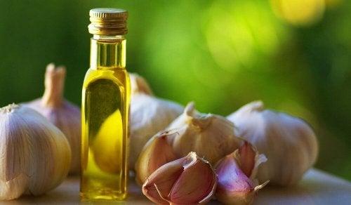 ail et huile d'olive pour traiter les ongles incarnés