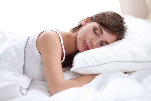la position en dormant peut rendre votre peau beaucoup plus âgée