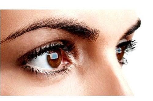 froncer les sourcils peut affecter la peau