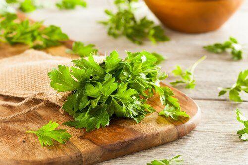 Le persil est une herbe aromatique très utilisée.