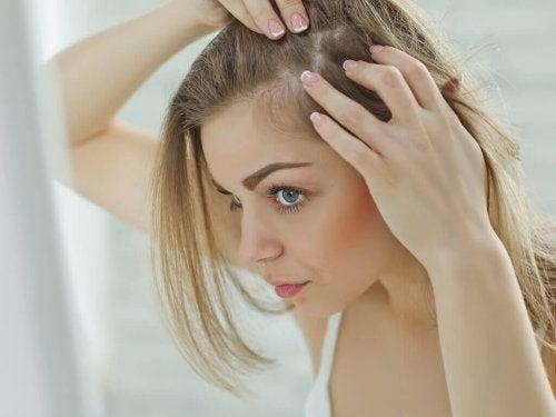 10 raisons qui expliquent la perte des cheveux