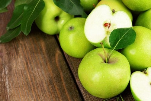 Pommes vertes sur une table