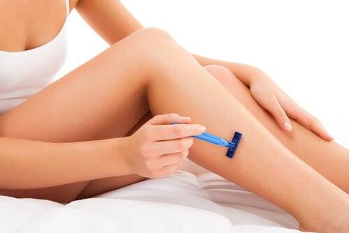 femme se rasant les jambes