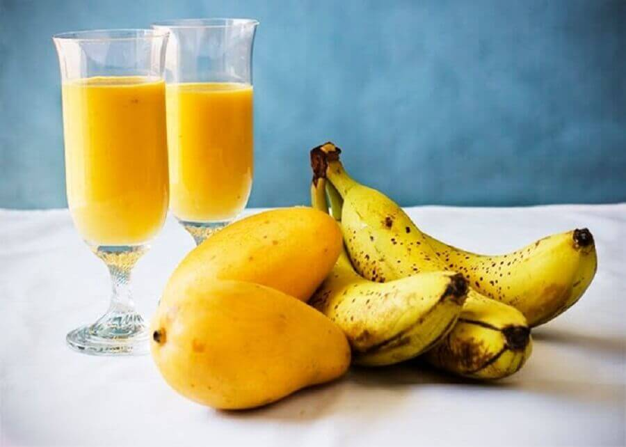 Smoothie à la mangue et à la banane.