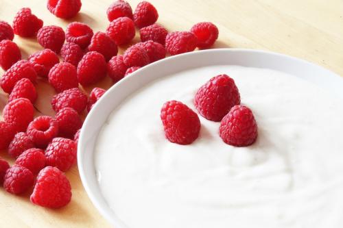 framboises dans du yaourt grec