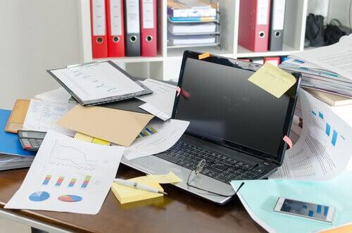 bureau en désordre