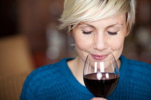 femme sentant le vin