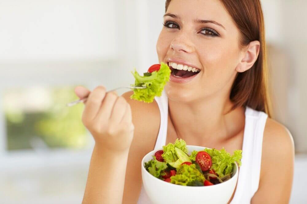 femme mangeant de la salade