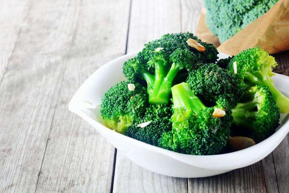 une assiette de brocolis