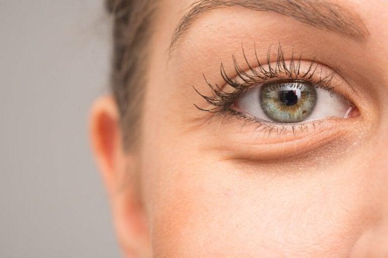 7 raisons pour lesquelles vos yeux peuvent enfler