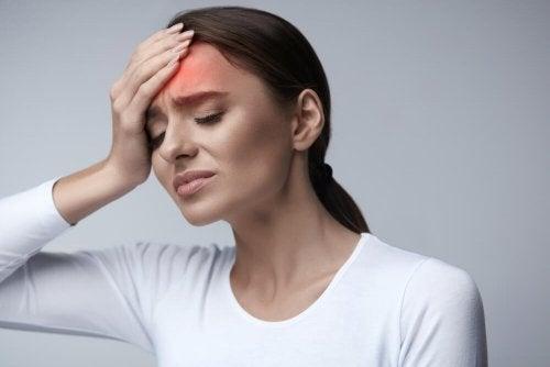 Femme qui a mal à la tête
