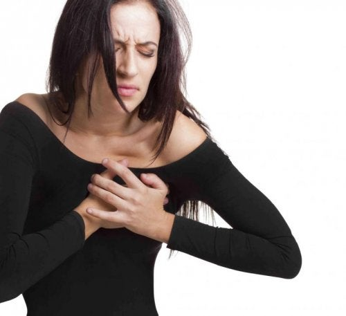 Femme qui a un pincement au coeur