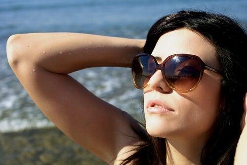 femme portant des lunettes de soleil 2