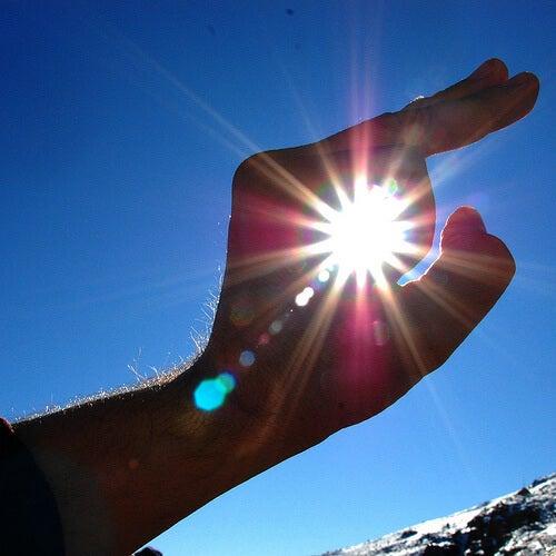 main autour du soleil