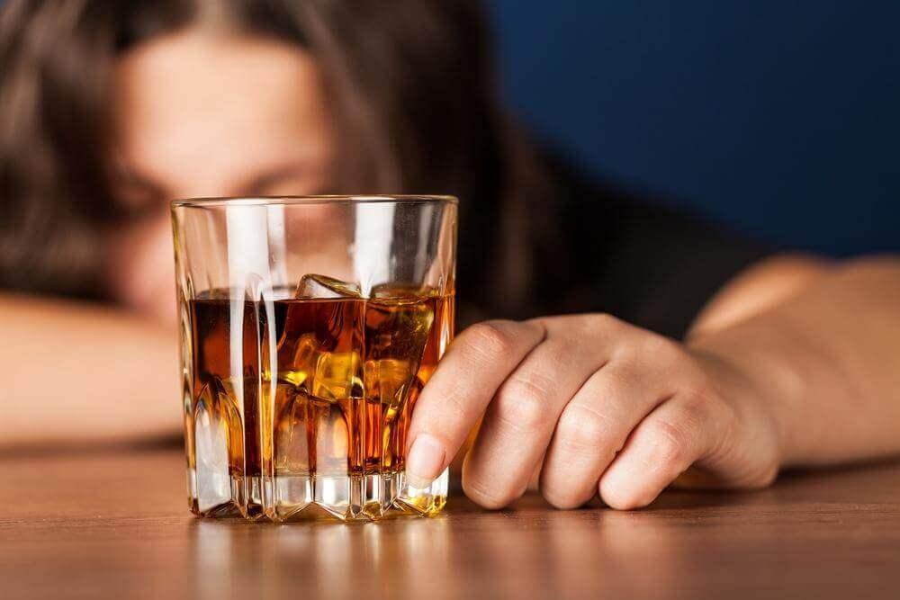 Boire de l'alcool à jeun.