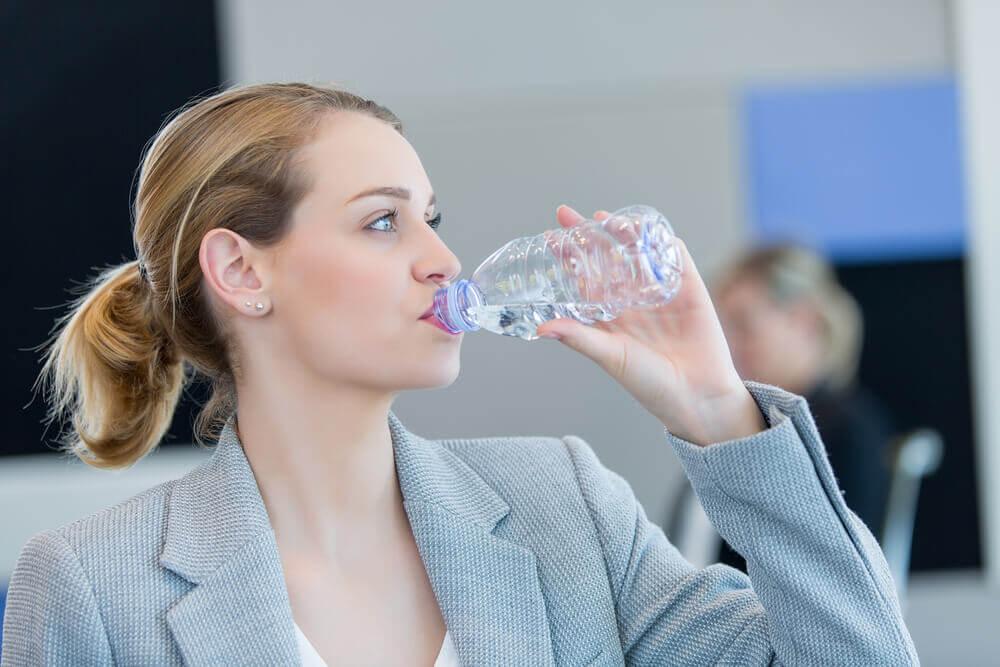 Boire de l'eau contre les calculs rénaux.
