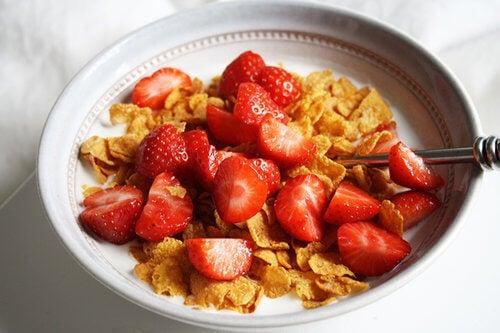 Céréales et fraises pour votre petit-déjeuner.