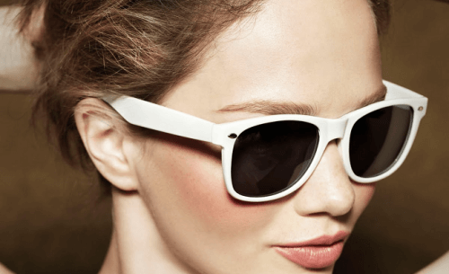 femme portant des lunettes de soleil