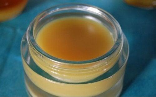 démaquillant à la cire d'abeille et à l'huile d'amande