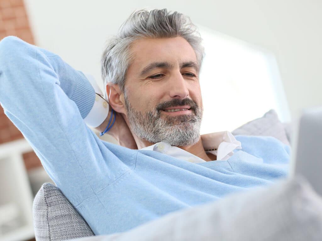 homme aux cheveux gris