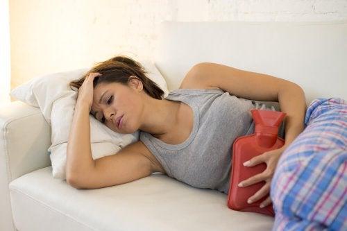 Femme allongée - syndrome prémenstruel