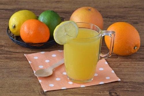 Le jus d'agrumes concentre de grandes quantités de vitamines.