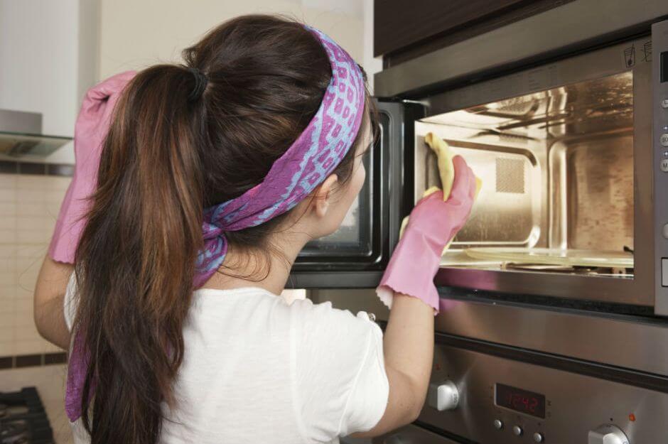 Laver le micro-ondes pour éviter les mauvaises odeurs de la cuisine