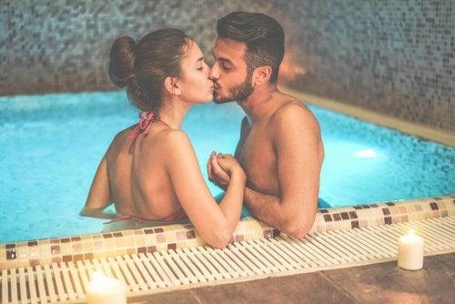 couple qui s'embrasse dans une piscine