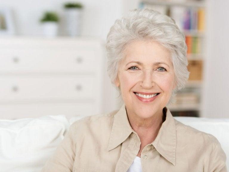 Les cheveux gris : esthétique et maturité