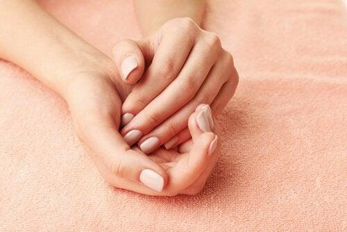 Mains de femme jointes