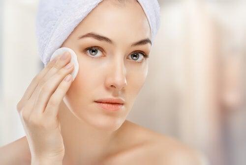 Vous utilisez trop de produits en nettoyant votre visage.