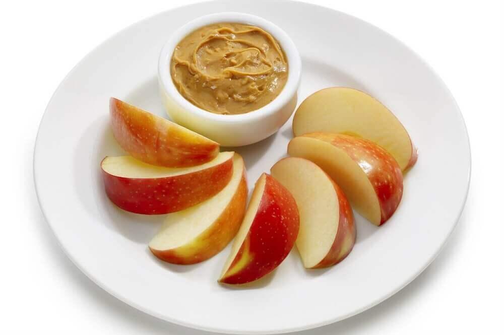 pomme et beurre de cacahuètes