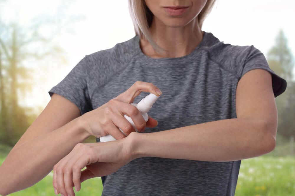 La lotion anti-moustiques.