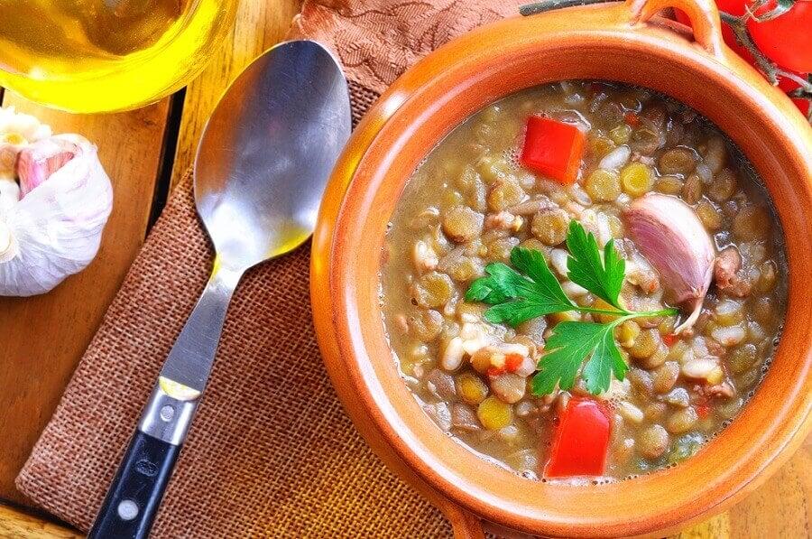 la soupe détox aux lentilles, chou kale et patate douce.