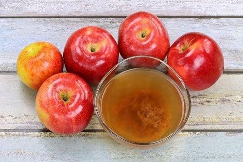 Verre de vinaigre de cidre de pomme et pommes