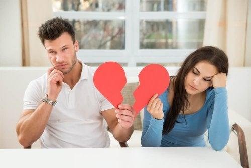 La fin d'un mariage entre deux personnes qui tiennent un coeur brisé