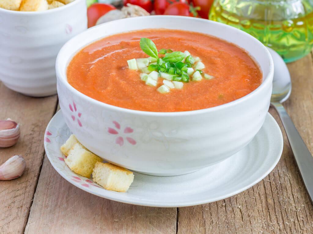 Préparation de la soupe à la tomate.