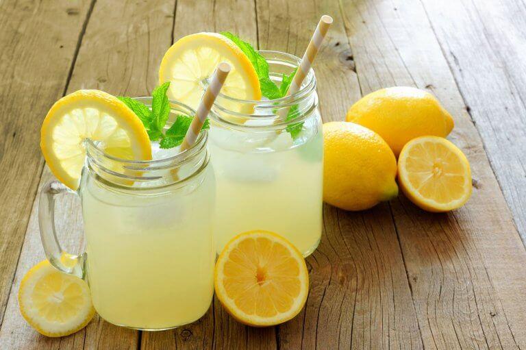 remèdes laxatifs sans effets secondaires : eau citronnée