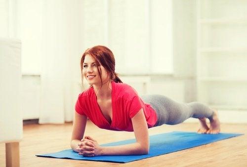 exercice pour les abdominaux et les fesses