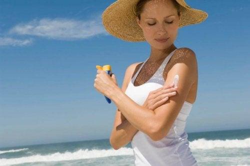protection solaire pour éliminer les poches et les cernes