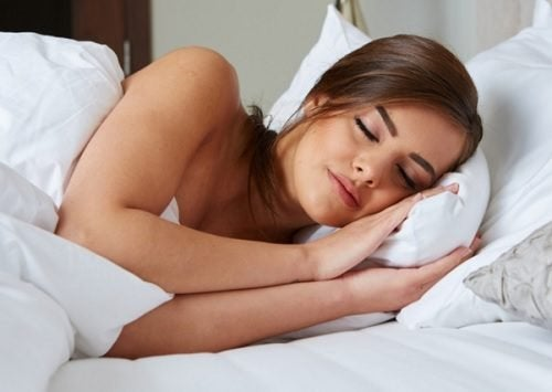 Femme en train de dormir dans son lit