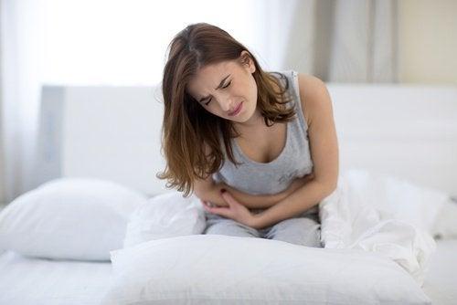 Femme souffrant d'une douleur dans le côté droit de l'abdomen