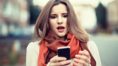 Femme qui regarde son portable
