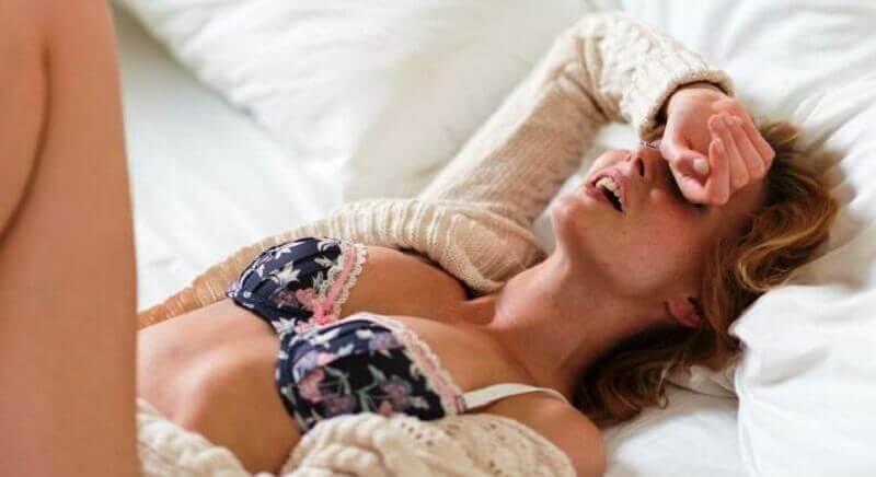 femme prenant du plaisir sexuel