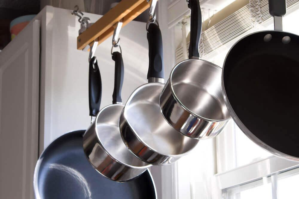 utilisations du café dans votre maison : nettoyer les casseroles