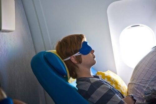 Passager qui dort dans l'avion