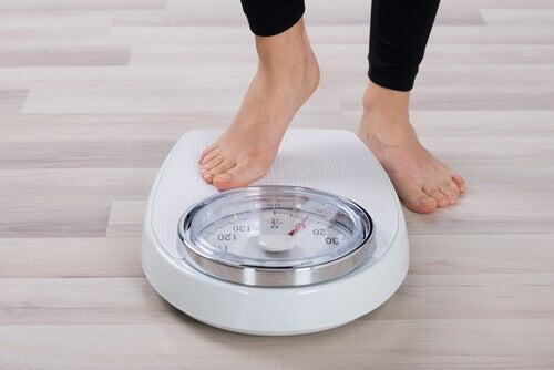 personne qui se pèse