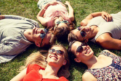 groupe d'ami dans l'herbe